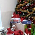 Udekorowana choinka, a pod nią paczki z prezentami
