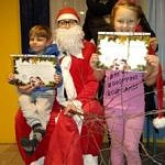 Dzieci z certyfikatami z mikołajem i panią sołtys Blizina