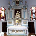 Ołtarz po renowacji w błękitno-białych barwach i ze złoceniami