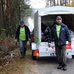 Dwaj mężczyźnin w koszulkach Leszy Bełchatów na tle swojego samochodu zapakowanego śmieciami zebranymi w lesie