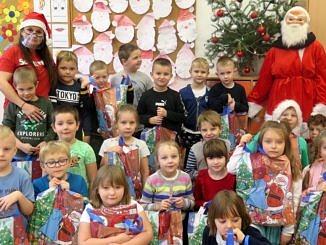 Grupa dzieci z wychowawczynią i Mikołajem