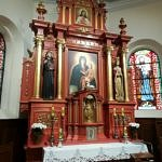 Ołtarz z obrazem Matki Bożej w centaralnym punkcie pomalowany brunatną farbą olejną