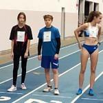 5 dziewczat stoi na starcie biegu