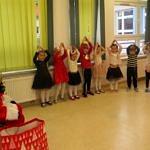 Dzieci występują przed Mikołajem
