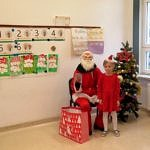 Dziewczynka z siedzącym Mikołajem