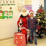 Chłopiec z siedzącym Mikołajem