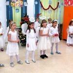 Dzieci podczas występów jasełkoych - dziewczynki w białych suienkach przebrane za aniołki