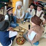 Dzieci przebrane za pasterzy przy ognisku