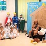 Dzieci podczas występów jasełkoych - dziewczynki w białych suienkach przebrane za aniołki, chłopcy za pasterzy, Trzej Królowie i Święta Rodzina