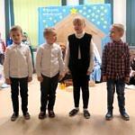 Czworo dzieci stoi na tle dekokacji