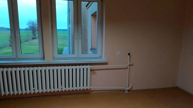 widok wyremintowanego pomieszczenia - okno, grzejnik