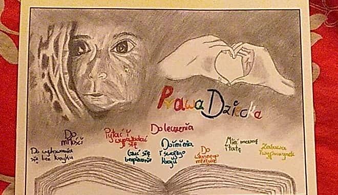 Kalendarz z rysunkiem Oliwii Banasiak - twarz ossoby, ręce złożone w serduszko wypisane prawa dziecka nad otwartą księgą