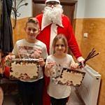 Mikołaj z dwojgiem dzieci z certyfikatami