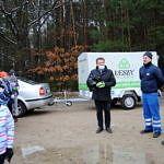 Wójt Roan Drozdek, sołtys Artur Jędrzejczyk i przedstawiciel Leszy Bełchatów stoją na tle samochodu Leszy