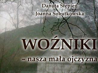 """Fragment okładki książki: """"Woźniki - nasza mała ojczyzna. Ocalić od zapomnienia"""". Drzewo, a za nim chata - wszystko w szarych odcieniach"""