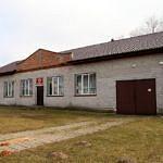 Dom Ludowy w Oprzężowie przed remontem - zaniedbany budynek z pustaków, bez tynku