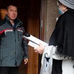 Mieszkańcy odbierają egzemplarze książek