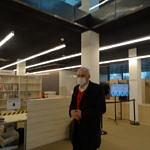 Ryszard Cieślak przekazuje egzemplarze książki do piotrkowskiej Mediateki