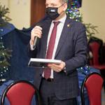 Spotkanie promocyjne w Woźnikach - Zbigniew Ziemba z mikrofonem i książką