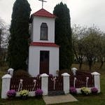 Chryzantemy ustawione pod kapliczką
