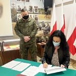 Dyrekto ZS CKZ Bujny podpisuje porozumienie