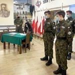 Dyrekto ZS CKZ Bujny podpisuje porozumienie w obecności uczniów oddziału wojskowego