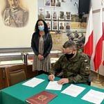 Przedstawiciel wojska podpisuje porozuienie