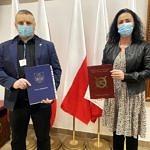 Tomasz Woźniak i dyrektor Anetta Mielczarek z ZS CKZ Bujny stoją z podpisanym porozumieniem