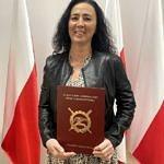 Dyrektor Anetta Mielczarek z ZS CKZ Bujny stoi z podpisanym porozumieniem