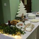 Świąteczna dekoracja stołu - choinka, jemioła, ciasto