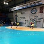 Rozgrywki młodych piłkarzy w hali Anilany w Łodzi