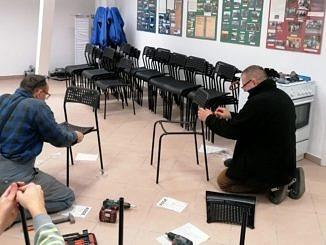 Panowie montują krzesła