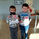 Dwaj chłopcy z książkami w dłoniach