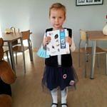 dziewczynka stoi z książkami w dłoniach
