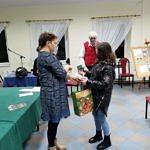 Autorki książki wręczają upominki i nagrody dzieciom biorącym udział w konkursie fotograficznym