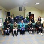 Wspólna fotografia uczestników konkursu fotograficznego z autorkami książki o Woźnikach