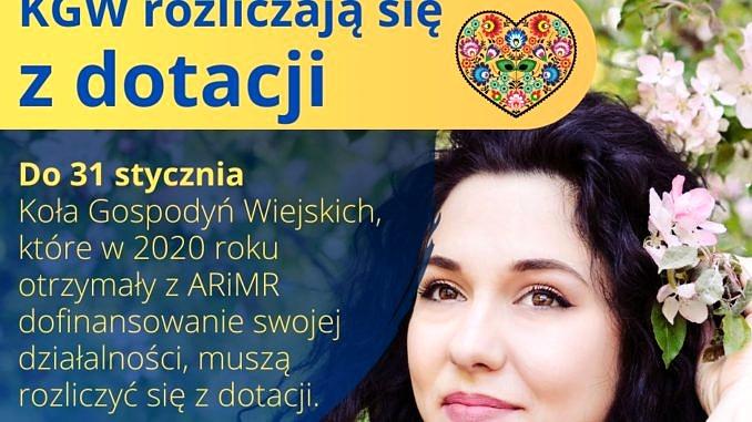 Plakat z uśmiechniętą dziewczyną w kwiatach; napis KGW rozliczaja się z dotacji