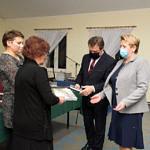 Spotkanie promocyjne w Woźnikach - przekazywanie książki kolejnym osobom wjtow i przewodniczącej RG
