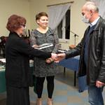Spotkanie promocyjne w Woźnikach - przekazywanie książki kolejnym osobom