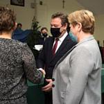 Spotkanie promocyjne w Woźnikach - gratulacje i upominki dla autorek wręczają wójt i przewodnicząca Rady Gminy