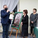 Spotkanie promocyjne w Woźnikach - gratulacje i upominki dla autorek wręcza starosta piotrkowski