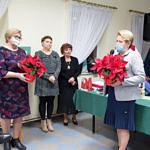 Spotkanie promocyjne w Woźnikach - gratulacje i upominki dla autorek wręczają sołtys Woźnik i przewodnicząca Rady Gminy