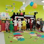 Dzieci w kolorowych strojach podczas inscenizacji z okazji Dnia Babci