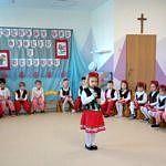 Dzieci w strojach ludowych podczas występów z okazji Dnia Babci