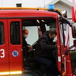 Wójt Roman Drozdek wysiada z samochodu strażackiego