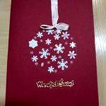 Ręcznie robiona kartka świąteczna - wyklejana srebrna bombka na bordowym tle