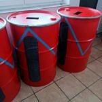 Beczki pomalowane są na czerwony kolor