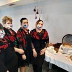Panie z KGW Rokszyce przy stole z chlebami konkursowymi