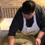 Kobieta miesza ciasto chlebowe w wielkiej misie