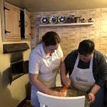 Kobiety mieszają ciasto chlebowe w wielkiej misie